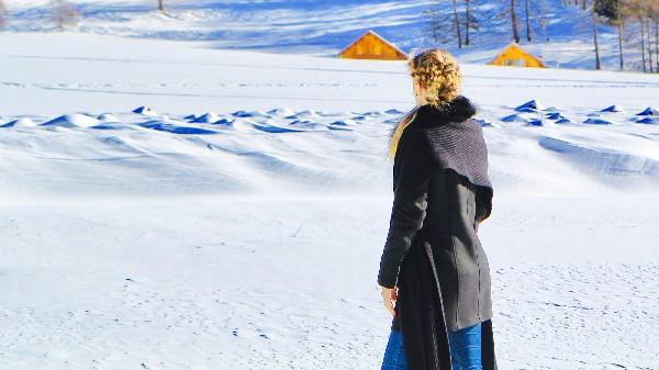 Shooting totalement improvis&eacute; &agrave; la neige malgr&eacute; &eacute;norm&eacute;ment de vent et pas de laque, d&#039;o&ugrave; quelques cheveux qui volent au gr&eacute; du vent. Paysage magnifique &agrave; Arvieux !<br /> Coiffure &amp; photos by KaroCoiffe coiffeur &agrave; domicile