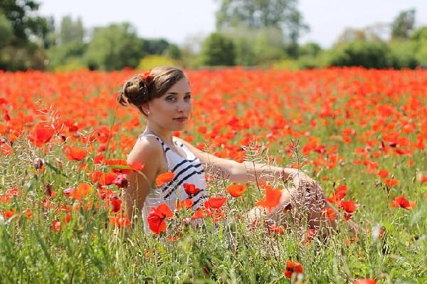 Shooting photos tr&egrave;s romantique au milieu des coquelicots.<br /> Coiffure &amp; photos by KaroCoiffe coiffeur &agrave; domicile